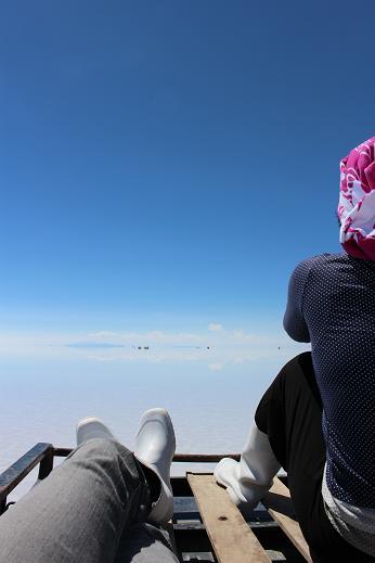ボリビア・ペルー旅行:ウユニ塩湖 4WD 荷台 2人 様子