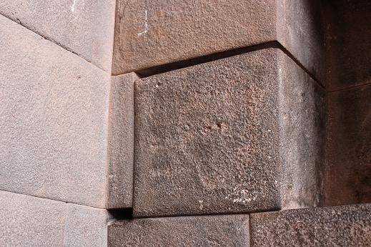 ボリビア・ペルー旅行:クスコ市内 サンドドミンゴ教会 石組み 隙間