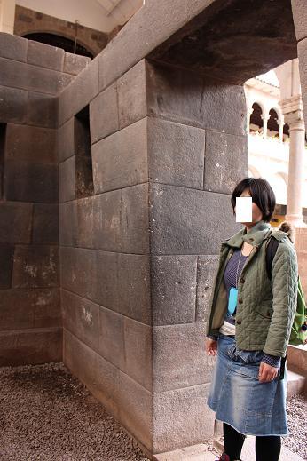 ボリビア・ペルー旅行:クスコ市内 サンドドミンゴ教会 石組み 斜め