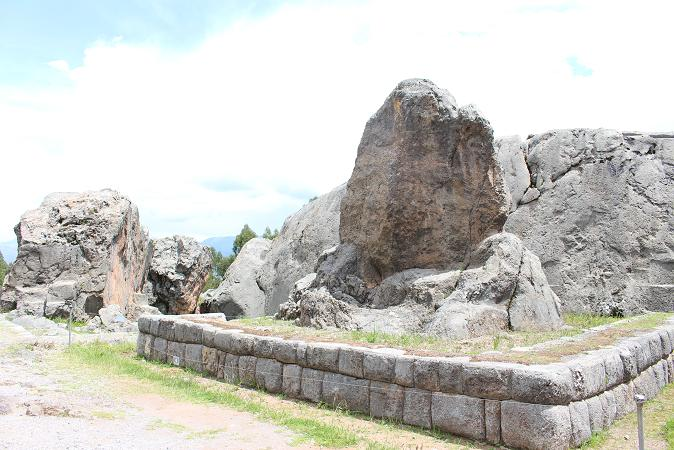 ボリビア・ペルー旅行:クスコ ケンコー ピューマの像