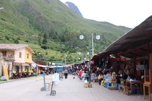 ボリビア・ペルー旅行:オリャンタイタンボ駅 露店