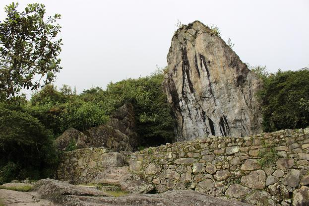 ボリビア・ペルー旅行:マチュピチュ遺跡 大岩の墓石