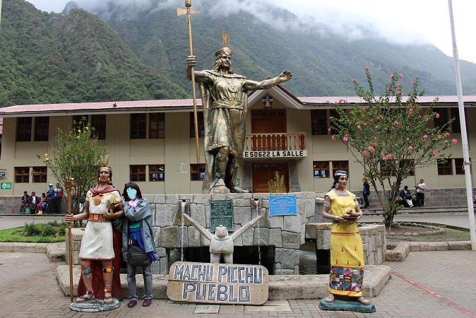 ボリビア・ペルー旅行:マチュピチュ村 記念撮影