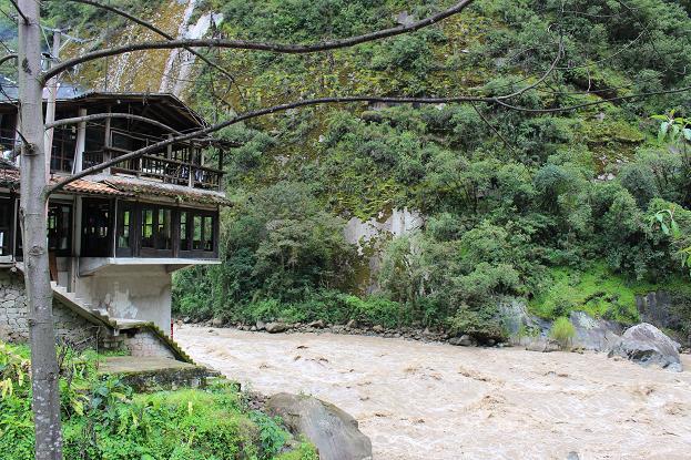 ボリビア・ペルー旅行:マチュピチュ村 川