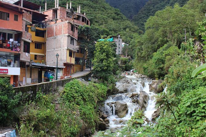ボリビア・ペルー旅行:マチュピチュ村 川2
