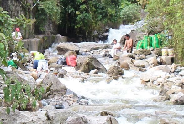 ボリビア・ペルー旅行:マチュピチュ村 川3