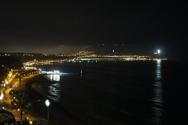 ボリビア・ペルー旅行:リマ ラルコマール・ショッピングセンター 海岸線 夜景