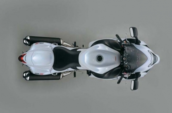 2013-Suzuki-Hayabusa-GSX1300R-17-635x417.jpg