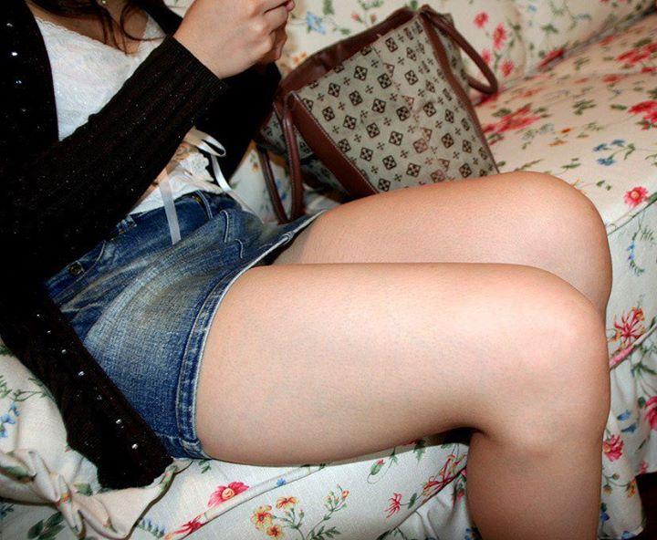 座ってる脚16