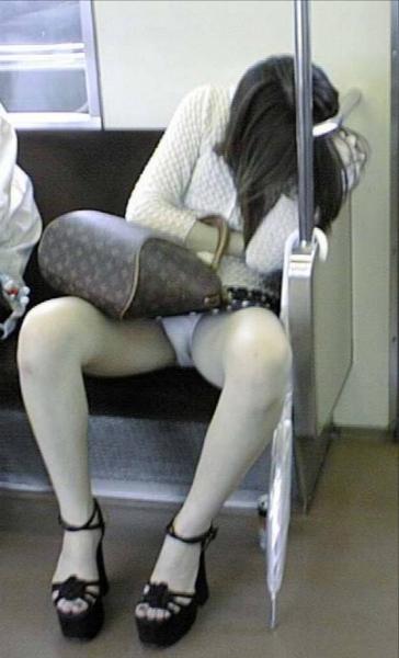 電車対面パンチラ画像10