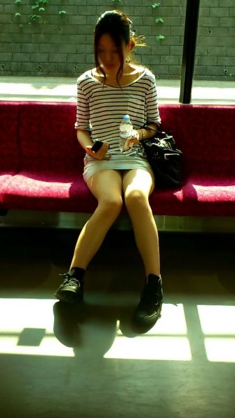 電車対面パンチラ画像4