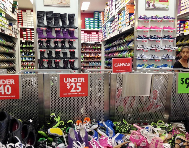 日本のアウトレット等でもありそうですが、こちらの陳列方法です。 靴を入れる箱のまま何段にも重ねています。