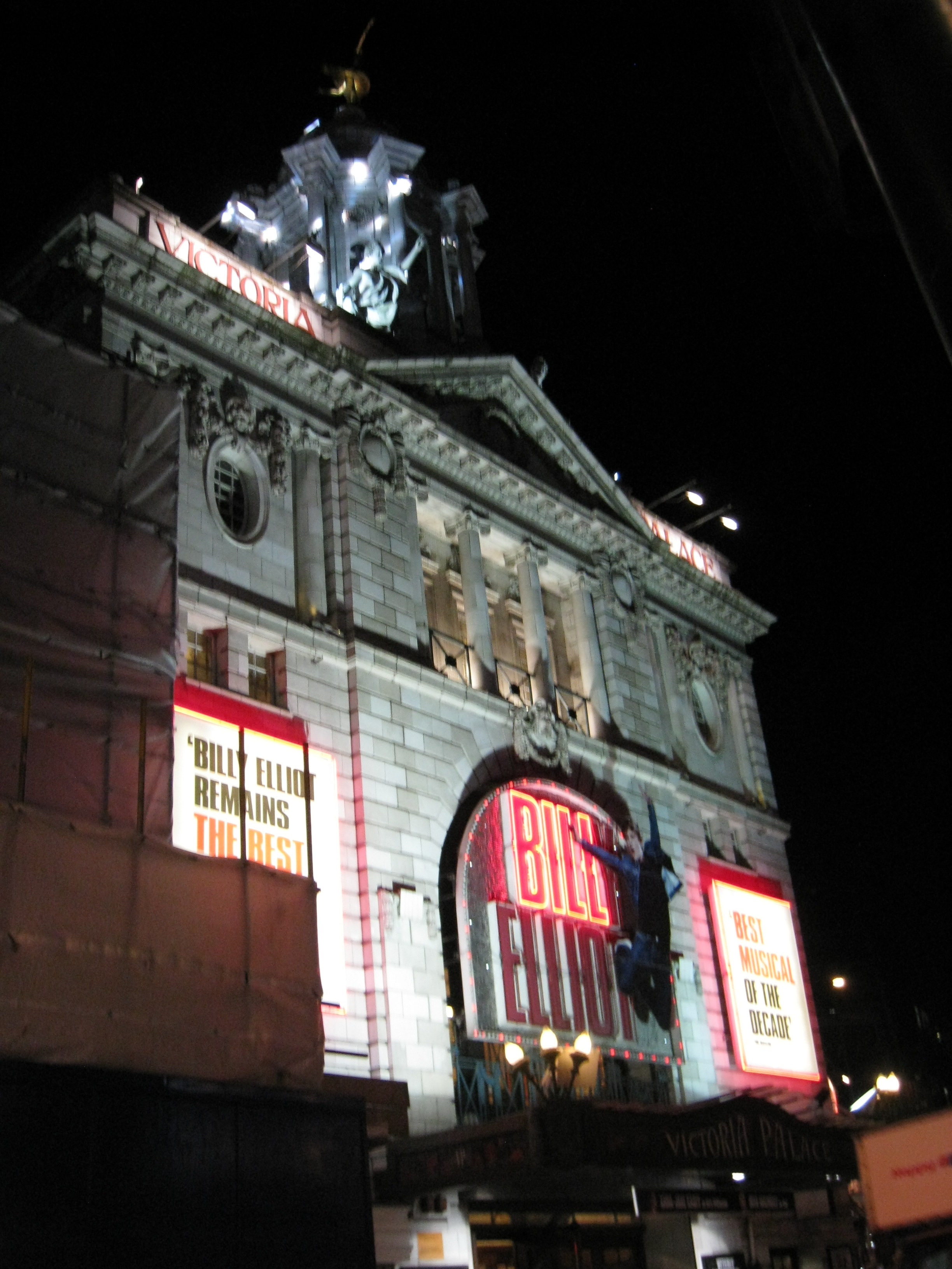 Victoria Palace Theatre夜