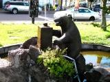 JR余市駅 ニッカウヰスキーを浴びる熊