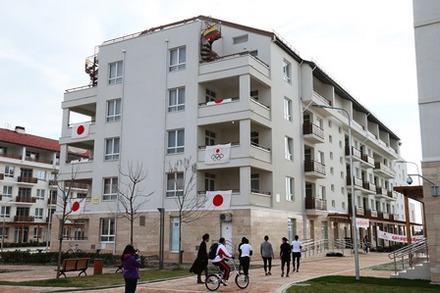 日の丸が掲げられた日本代表選手団の居住棟(食堂、娯楽施設も)