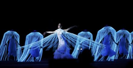 チャイコフスキーのバレエ組曲『白鳥の湖』が流れる中、バレリーナの舞が披露された