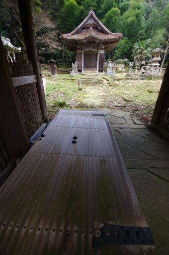 豊栄神社の門扉と拝殿