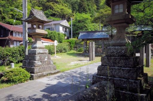 伊奈西波伎神社の灯籠
