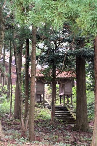 木立の中の朝山神社