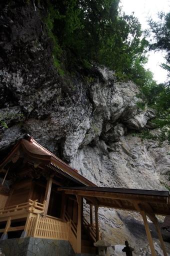 八重山神社本殿と巨大な岩