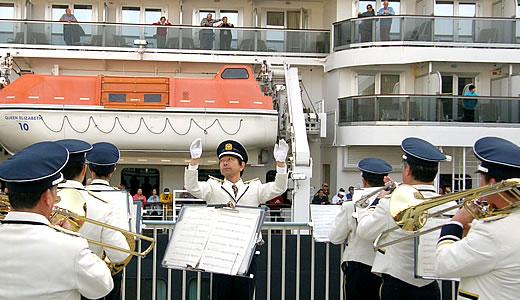 クイーン・エリザベス3世号神戸港初入港(2)-1