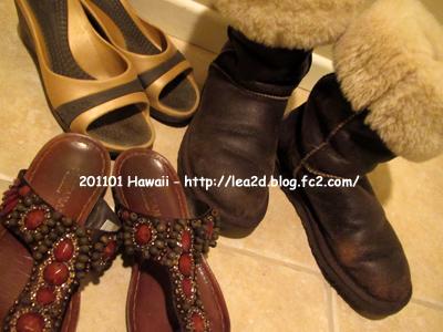 【2011年1月 ハワイに持参した靴】 ようやくクロックス以外のサンダルが登場(笑) スエードタイプじゃないボンバーに出会い、はまる UGG。