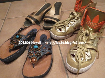 """【2012年6月 ハワイに持参した靴】 しかしながら、何度も登場するクロックスのササリ。2007年に購入した物だけど、じゅうぶん """" もとはとってる """"  と思うの(笑)"""