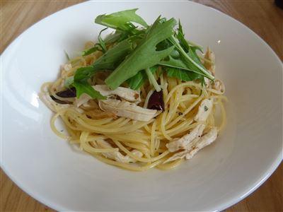 蒸し鶏とミズナのペペロンチーノ