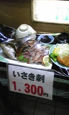 魚市場内の食堂でランチ