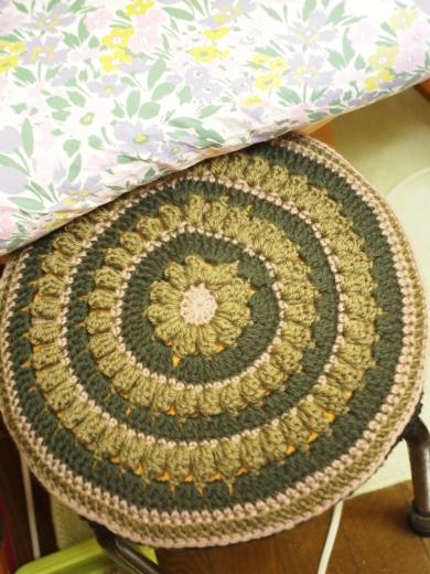 かぎ針編み。毛糸の円座・丸椅子のカバー