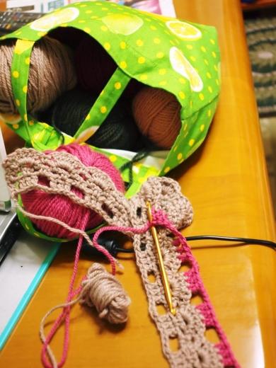 余り毛糸を編み繋いで形になるのか、遊んでるとこ