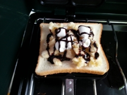ホットサンド作り♪ チョコバナナにマシュマロ挟んで焼きあげる