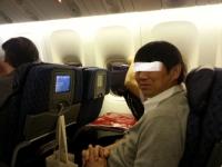 機内でS字フックを使って長時間フライトでも快適