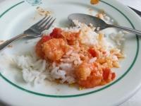 ブラジルのバイア州の料理ムケカはライスにかける