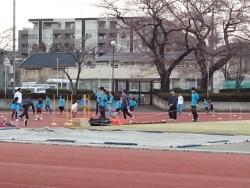 「ニューモードキッズ」の府中市民陸上競技場で練習