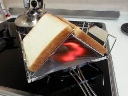 fanマルチトースターで食パンを焼く