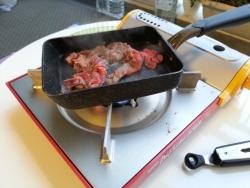 マンションベランダBBQで肉を焼く