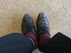 【旅行記】 【機内が狭い】エコノミー機内でスリッパに履き替えた後、靴をどこに置くか?