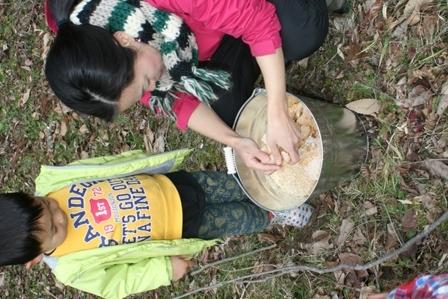 原木キノコ植菌7 カタマリを崩す