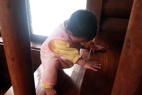 階段を上る娘