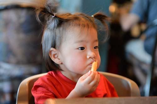 ポテトを食べる1.2歳児