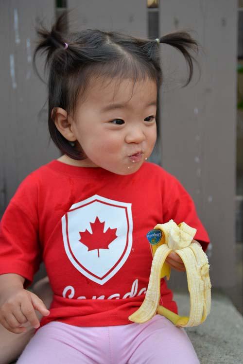バナナを食べる1.2歳児