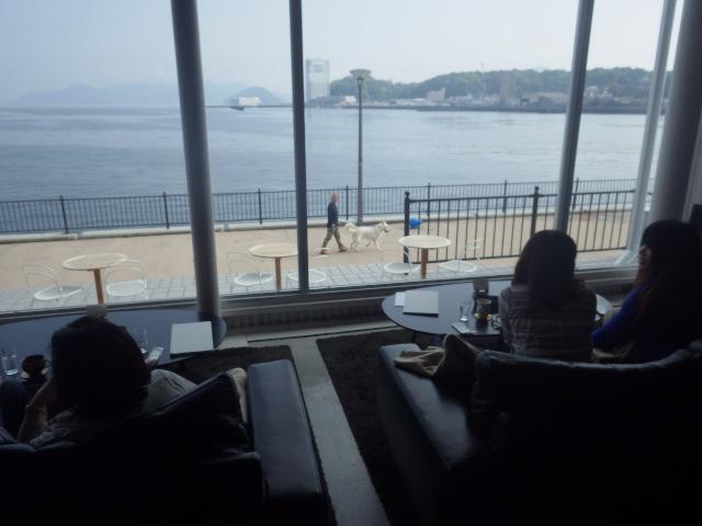 店内から海が一望。。。お散歩している人も(笑)