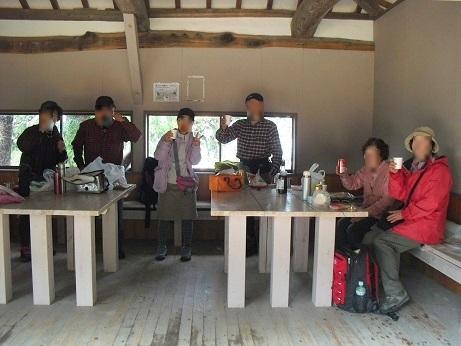 10 雨山の避難小屋で昼食
