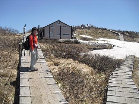 13 夏山登山道の頂上まであと少し