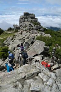 金峰山山頂の碑と五丈岩