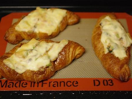簡単ホワイトソースで煮込んだ、サーモンときのこのチーズシチュークロワッサン08