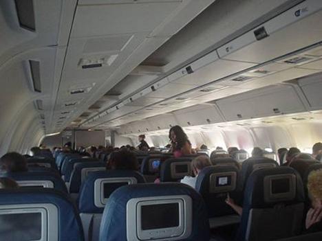 飛行機内で酒に酔って問題を起こす人は居ますが、これほど高い代償を払わされた話は初めて聞きました!