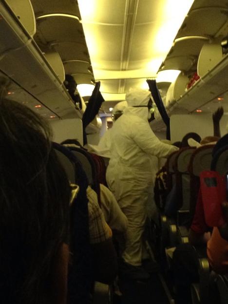 西アフリカのキャビンアテンダントが、こんな格好になっていると、衝撃的な写真が話題に!