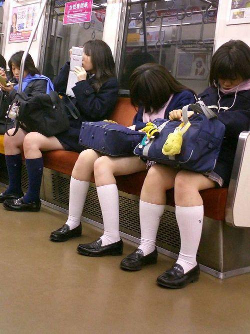 【画像】 電車通学中の美脚JKの太ももがエロ過ぎでワロタw 40枚 No.6